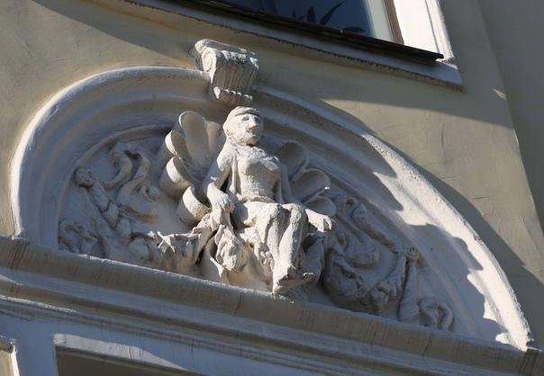 От рук реставраторов пострадали горельефы на историческом здании в центре Москвы