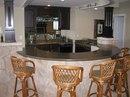 На маленькой кухне вы легко можете заменить обеденный стол необычной модной барной стойкой