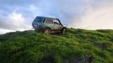 Девушка за рулем нивы месит грязь, чуть не первернула на крышу