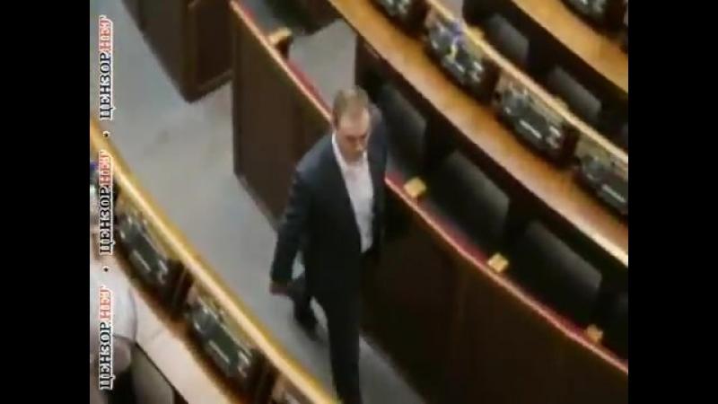 опоблоківець Долженков розставляє в систему Рада картки для голосування відсутніх депутатів