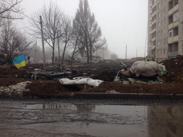 В ход вновь пошли сепарские танки и лупят по зданиям, где держат оборону украинские воины. Помощь нужна безотлагательно! - Мочанов о ситуации в Углегорске - Цензор.НЕТ 3559