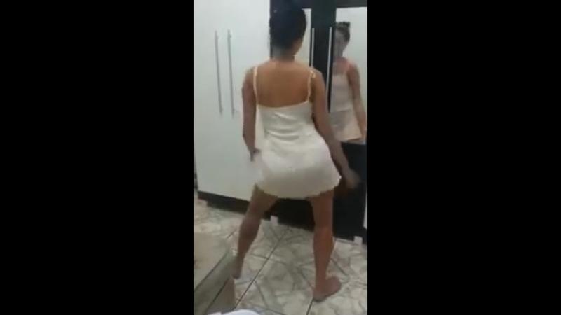 Novinha gostosa dançando sem calcinha de vestidos 2018