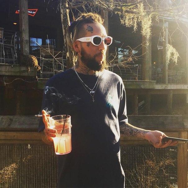 $uicideboy$ американский рэп-дуэт из Нового Орлеана, основанный Аристосом Петросом и Скоттом Арсеном. Их стиль и музыка отличаются меланхоличностью и нигилизмом, ведущими темами творчества являются наркотики, самоубийства, депрессия и смерть Скотт Арсен м
