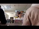 Эльдар Богунов покупает маску в аптеке