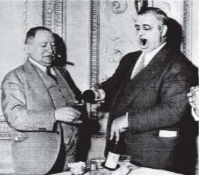 Исидор «Иззи» Эйнштейн и Мо Смит  самые известные детективы времён сухого закона. Их боялись все нелегальные торговцы.