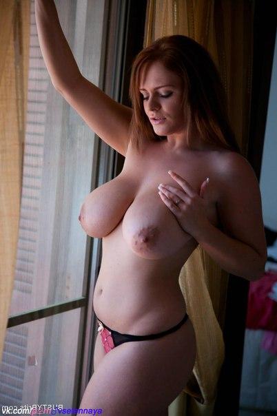 Домохозяйка позирует перед окном