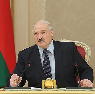 Лукашенко: Мужик должен защищать Отечество, семью и свою женщин Александр Лукашенко созвал совещание по