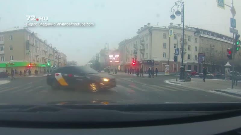 Водитель «Яндекс.Такси» нарезает круги на «зебре»