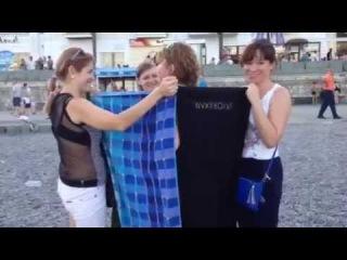 18+ Девушки переодеваются на пляже Ялты - Что делать, если девушке нужно переодеться на пляже Ялты