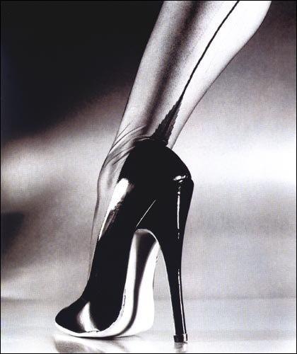 Раб лижет ноги госпоже фото.