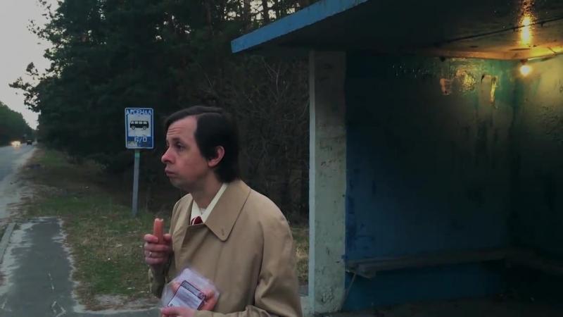 Ёбнутый Горенка флексит на остановке со своей сосиской