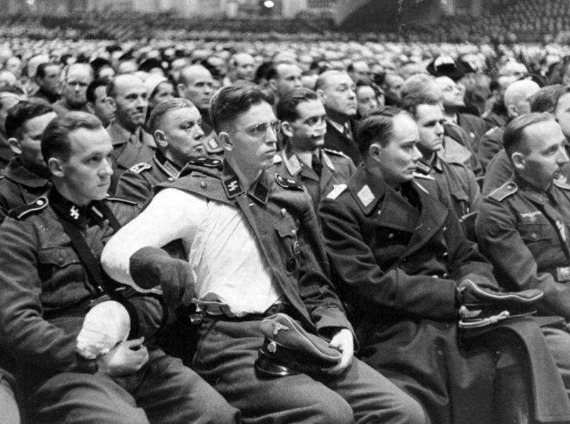 1943. Раненые немецкие солдаты слушают 109-минутную речь Йозефа Геббельса о тотальной войне