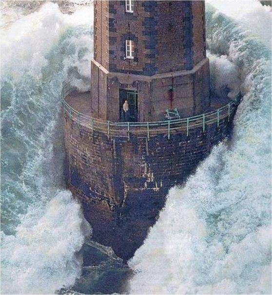 Огромная волна накрывает маяк у берегов Франции, 1989 г.
