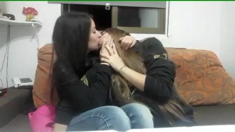 Девушки-лесбиянки целуются перископ