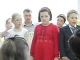 Странная маленькая девочка поет песню  Следите за глазами