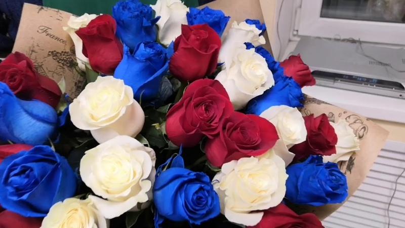 33 розы Синяя роза Красная роза Белая роза Трехцветный букет