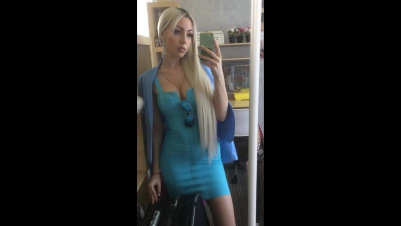 Блондинка в голубом платье