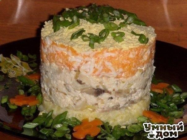 """Салат """"Лисья шубка"""" Ингредиенты: Картофель - 2 шт Морковь - 1 шт. Грибы - 100 гр. Филе - 100 гр. Яйцо - 1шт. Майонез -3 стол.ложки. Лук репч - 2 шт. Приготовление: Укладываем слоями. 1. Отварить картофель,натереть+соль,немного майонеза. 2. Кур. филе нарезать(заранее отварить)+майонез,соль,перец. 3. Грибы обжарить с луком. 4. Вар. морковь натереть+белок,майонез. 5. Желток,зелень. В этот раз я грибы смешала с курицей. Получилось намного сочнее. Вкусно жить не запретишь! Умная хозяюшка…"""