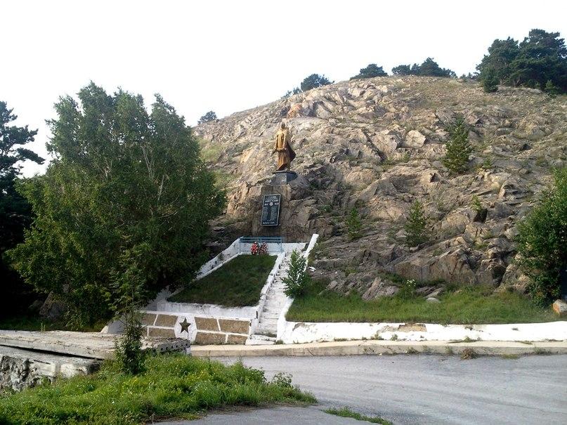 Памятник героям войны в Колывани