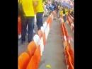 Фанаты Японии остались после того как их команда выиграла чтобы очистить свою сторону