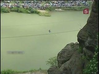 Канатоходец сорвался с высоты 200 метров. И остался жив