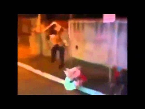 Popeye é atropelado por ciclista enquanto fofão sobe no muro