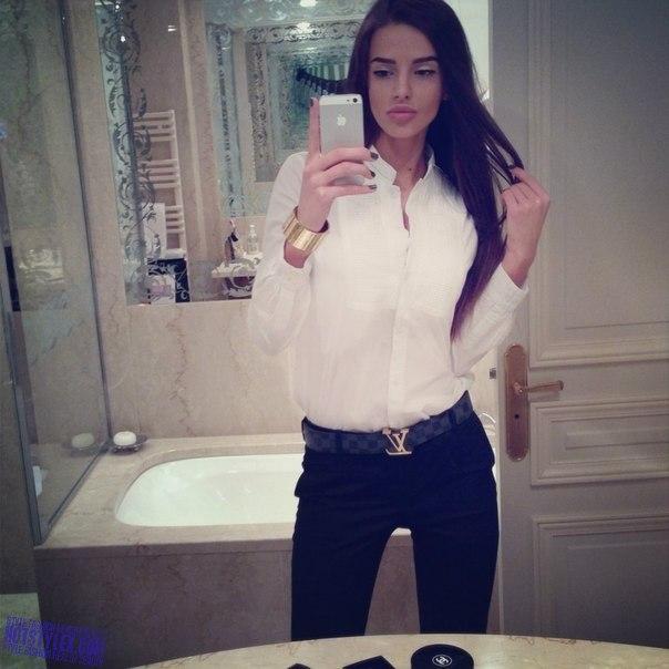 очень красивые девушки перед зеркалом фото брюнетки