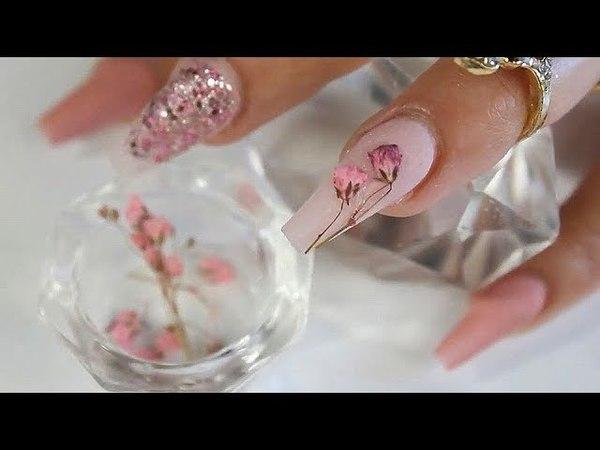 Uñas acrílicas con flores naturales encapsuladas diseño primaveral