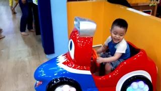 Em Cò lái ô tô xe đạp trong khu vui chơi giải trí trẻ em