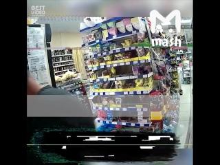 В Краснодарском крае пьяный мужик избил собаку, которую хозяин оставил у магазина. И правосудие не заставило себя долго ждать.