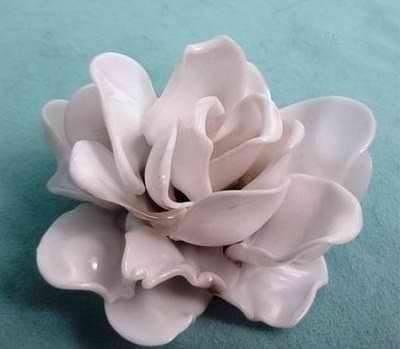 Роза из пластиковых ложек (6 фото)