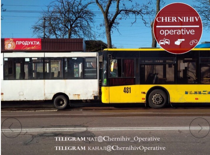 У Чернігові тролейбус «поцілував» маршрутку