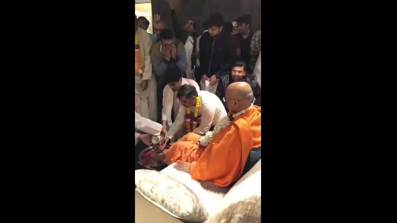 Омовение стоп Бхакти Чару Свами
