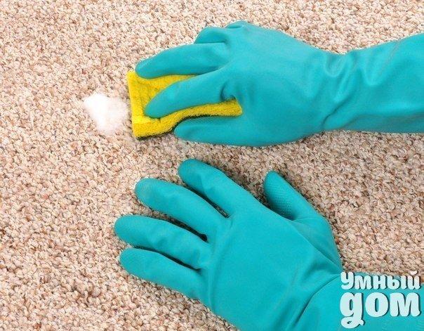 """Очень интересный и очень эффективный способ,как почистить ковер: вначале солим, затем поим. За несколько минут до того, как начать пылесосить ковер, посыпьте его крупной солью. Втянутая пылесосом, соль заберет с собой отрицательную энергию, а заодно и всю мелкую пыль. Пятна грязи на ковре полейте минералкой. Оставьте на несколько минут. Намыльте хозяйственным мылом тряпочку и потрите Поверьте, все """"Ваниши""""отдыхают! Наши хозяюшки делают быт проще! Каждый день! :)"""