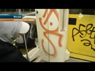 Столичные полицейские поймали вандалов, которые испортили несколько вагонов метро