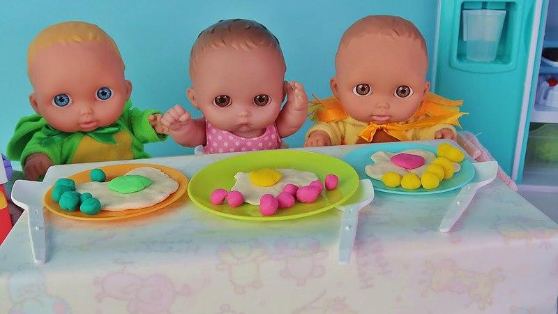 Куклы Пупсики кушают яичницу из Плей До и открывают сюрпризы Еда для кукол на канале Зырики ТВ