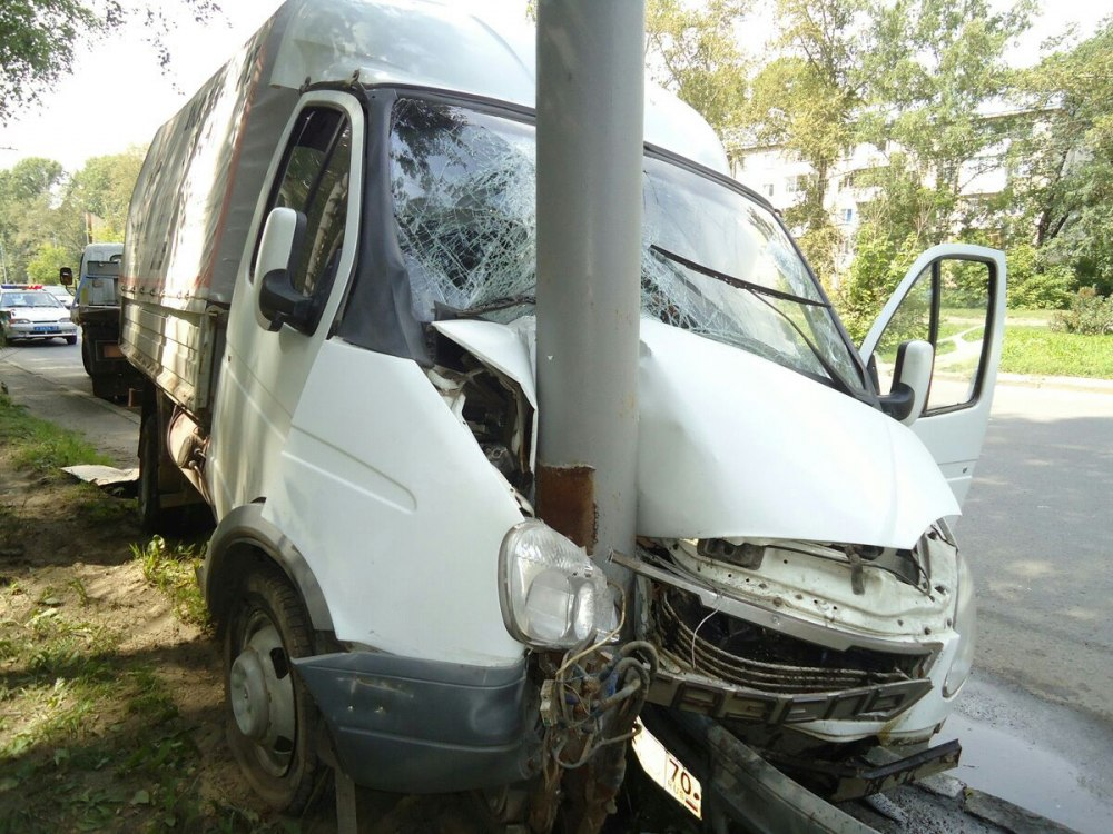 Водитель «Газели» в Томске  врезался в фонарный столб.