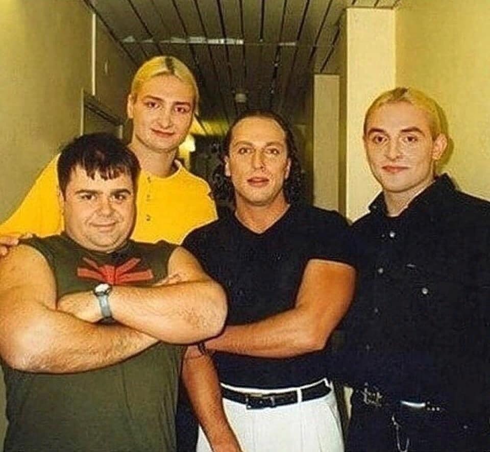 Этому фото уже 20+- лет.А вы всех здесь узнали?