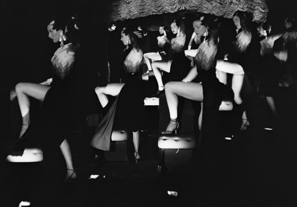 Снимки из закулисья парижского кабаре.