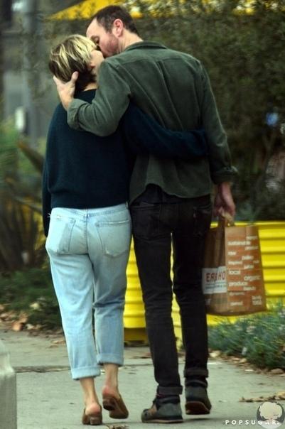 Эмилия Кларк и Чарли МакДауэлл на прогулке в Лос-Анджелесе