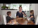 Мама с железными нервами делит еду :)