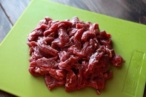 БЕФСТРОГАНОВ. Ингредиенты: На 4-6 порций 1 Мякоть говядины 500 грамм 2