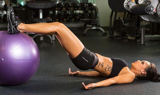 6 реальных способов стать сильнее с упражнениями с фитболом