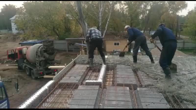 Процесс укладки бетона на перекрытие