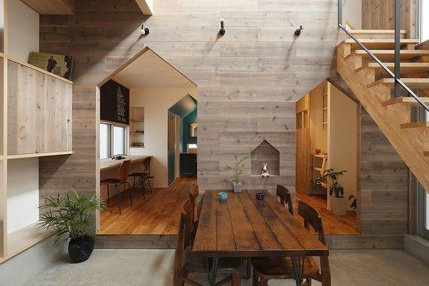 Дом для семьи в Японии Частный дом Hazukashi расположен в японском городе Киото. Он был спроектирован студией Alts Design Office с акцентом на максимальную инсоляцию в условиях ограниченного пространства. Семья заказчика хотела, чтобы столовая непременно стала местом объединения всех ее членов за одним столом, поэтому она и занимает центральное место в доме. В качестве основного материала отделки архитекторы отдали предпочтение натуральному дереву, которое вместе с необычным оформлением…