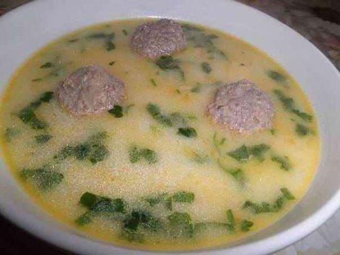 Сырный суп с фрикадельками для наших малышей Многие детки просто в восторге от него!!! Супчик получается очень нежным, сытным и конечно же вкусным. Суп можно также приготовить на курином бульоне. Ингредиенты (из расчета на 3-3,5 литровую кастрюлю): - 400-500 гр говяжьего фарша - 1 яйцо - 2 луковицы - 1 морковь - 3 плавленных сырка по 100 гр - 5-6 средних картофелины - соль, специи - лавровый лист, зелень - растительное масло Приготовление: 1. Лук нарезать кубиками и обжарить до золотистого…