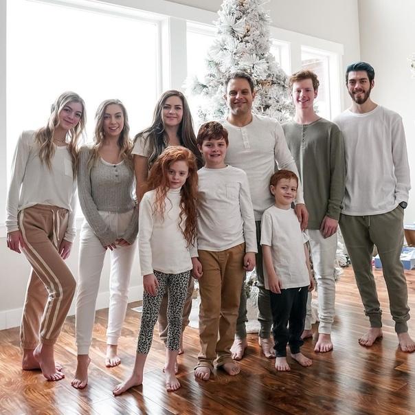 45-лeтняя мaмa и семеро детей Джессика Энслоу счастливая мать семерых детей, а еще фитнес-гуру и мейкап-эксперт. Даже в молодости Джессика не была в такой прекрасной форме, как сейчас. «В чем