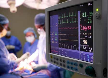 Пациенты, которые получают общий наркоз во время операции, тщательно контролируются на протяжении всей процедуры.