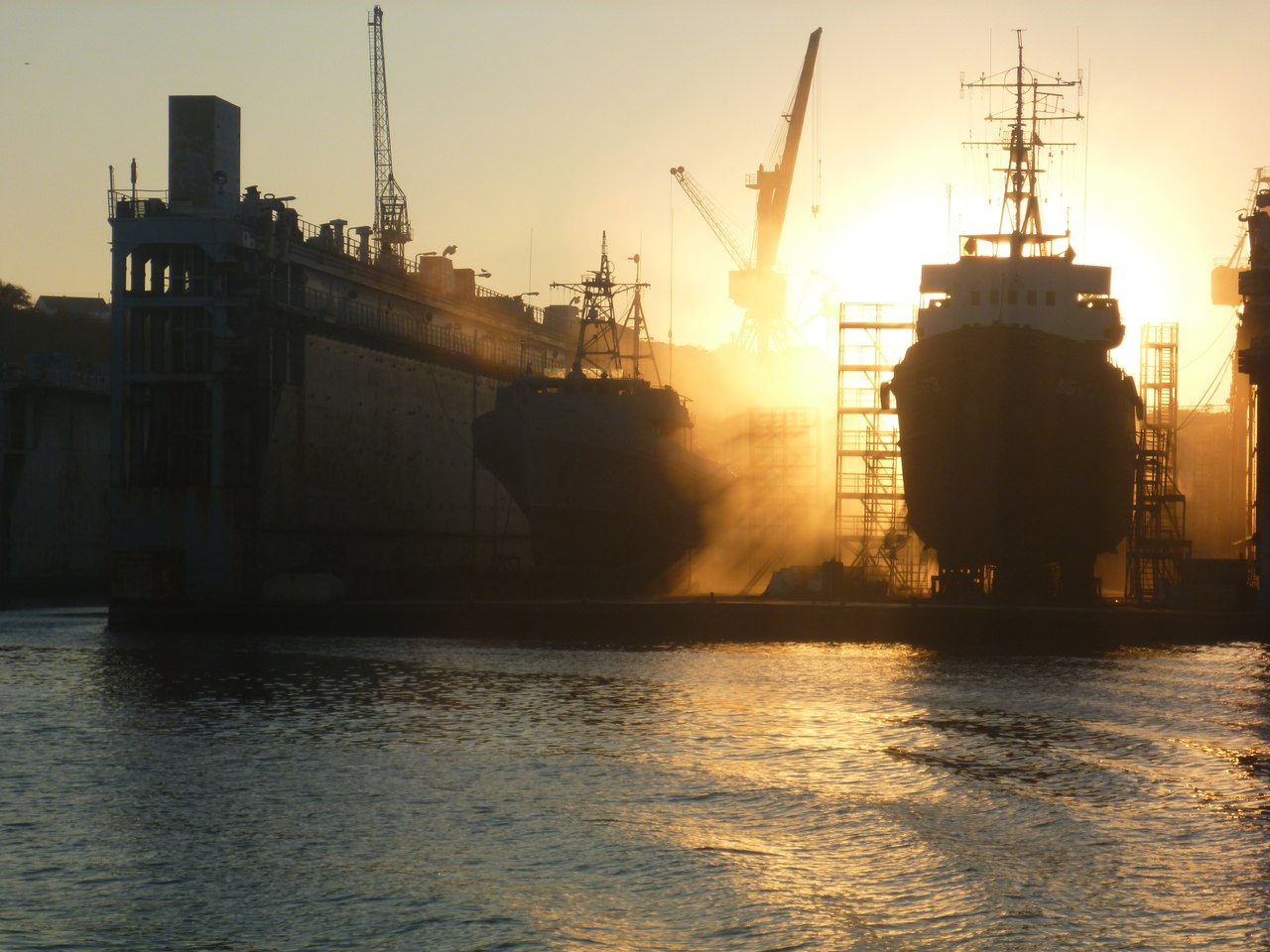 Сухой док и два корабля на ремонте