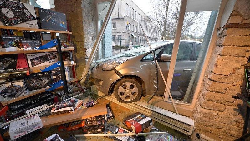 В Северодонецке автомобиль въехал в здание магазина